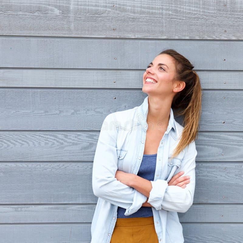 Mulher na moda de sorriso que está com os braços cruzados fotografia de stock royalty free