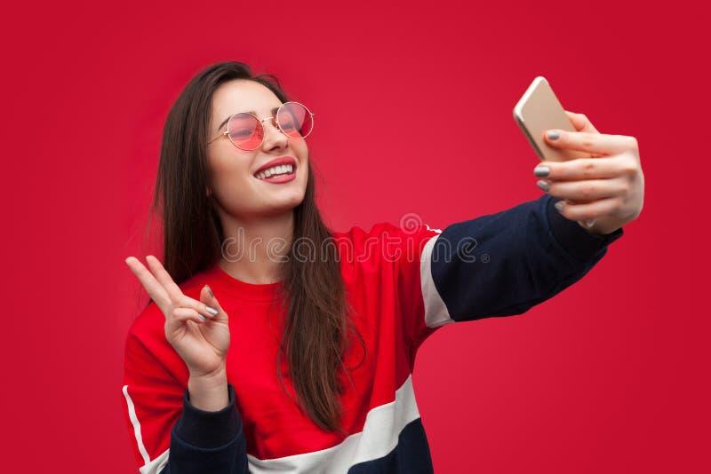 Mulher na moda do moderno que toma o selfie foto de stock royalty free