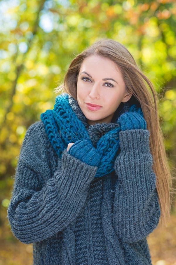 Mulher na moda na forma morna do outono foto de stock