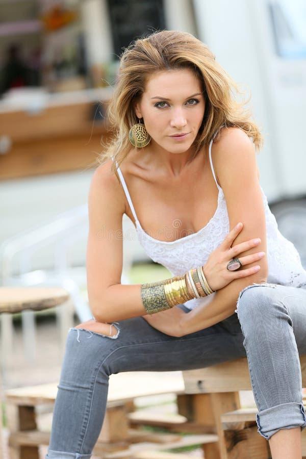 Mulher na moda na temporada de verão que senta-se fora fotografia de stock