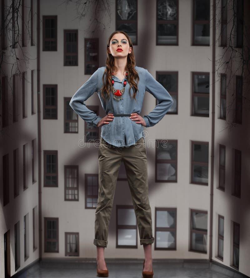 Mulher na moda que levanta nas calças e na blusa fotografia de stock