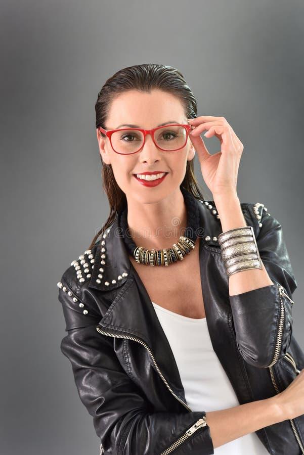 Mulher na moda que levanta no fundo cinzento fotografia de stock