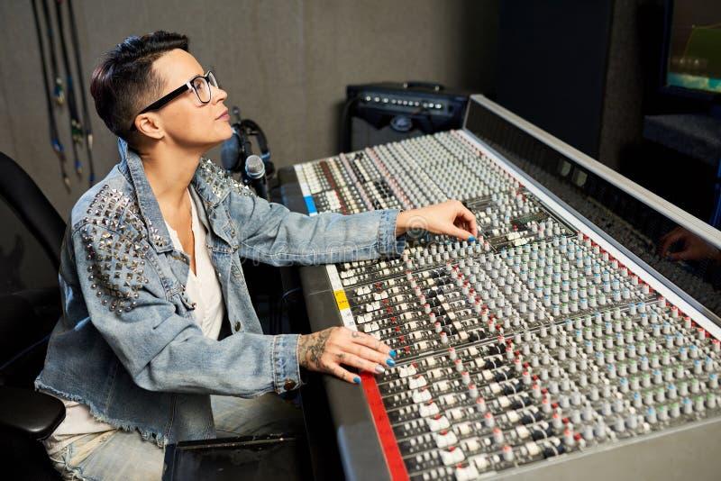 Mulher na moda que trabalha com console da música fotos de stock royalty free