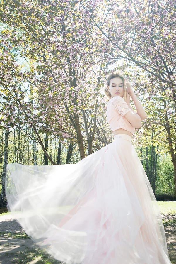 Mulher na mola no parque Fundo da flor de Sakura fotografia de stock royalty free