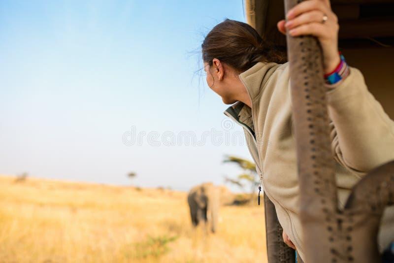 Mulher na movimentação do jogo do safari foto de stock