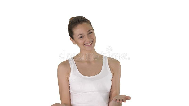 Mulher na parte superior branca que explica algo ao andar no fundo branco imagens de stock royalty free