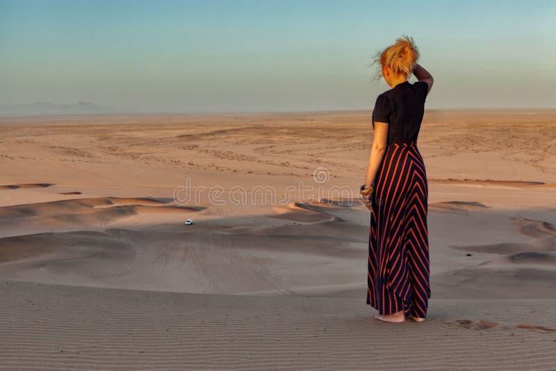Mulher na parte superior da duna imagem de stock royalty free