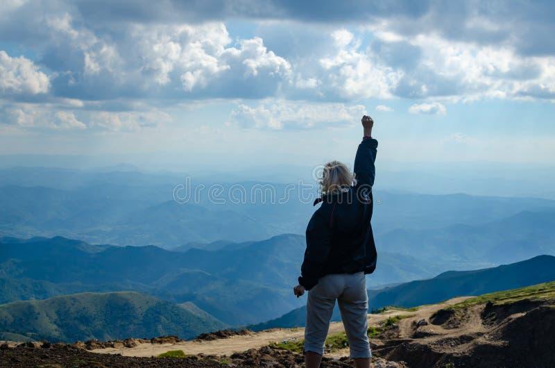 Mulher na parte superior da montanha fotos de stock royalty free