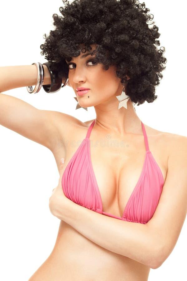 Mulher na parte superior de biquini com peruca afro fotos de stock