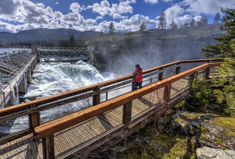 Mulher na passagem na represa imagem de stock royalty free