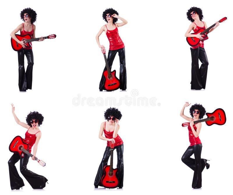 A mulher na peruca afro que joga a guitarra imagem de stock