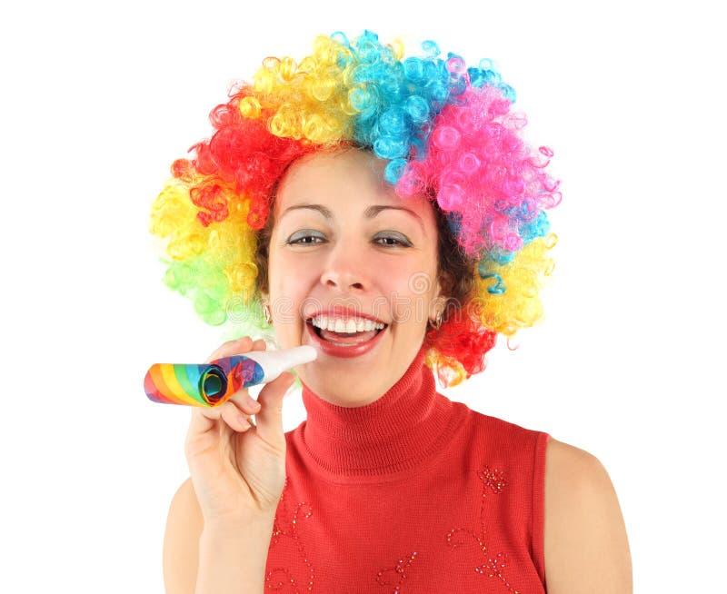 Mulher na peruca do palhaço e com o ventilador do partido, rindo fotografia de stock royalty free