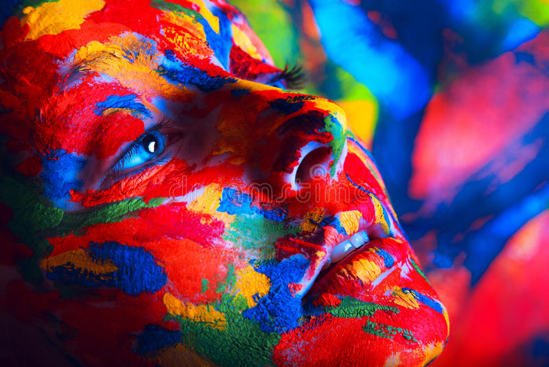 Mulher na pintura colorida fotos de stock