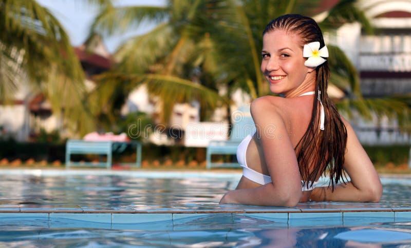Mulher na piscina fotografia de stock