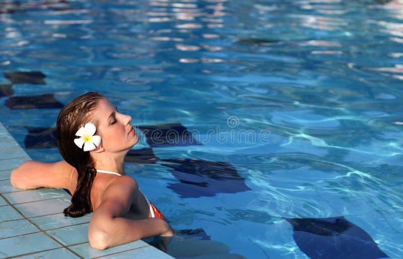Mulher na piscina imagem de stock