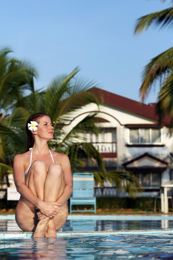 Mulher na piscina fotografia de stock royalty free