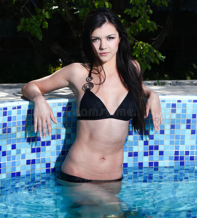 Mulher na piscina imagem de stock royalty free
