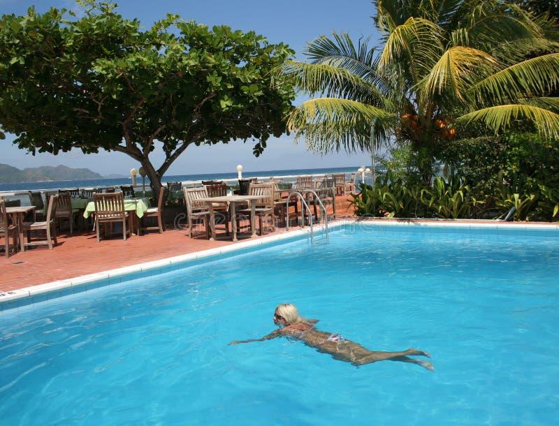 Mulher na piscina do beira-mar. foto de stock