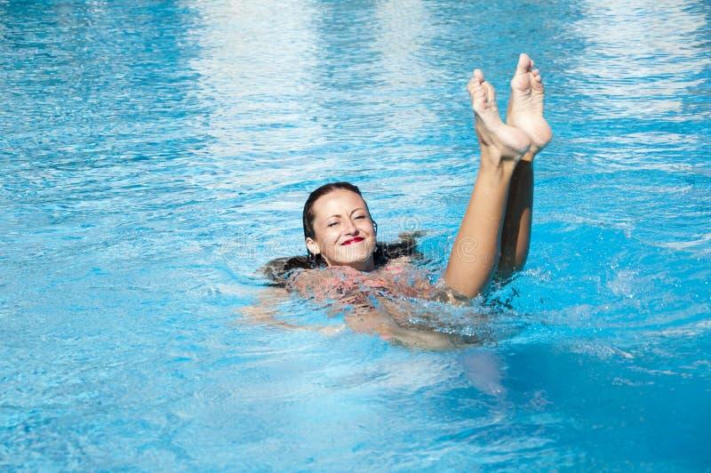 Mulher na piscina Férias e curso de verão a maldives Miami Beach está ensolarado swag Mar do Cararibe dope Termas na associaçã imagem de stock