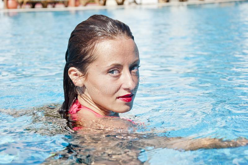 Mulher na piscina Mar do Cararibe dope Termas na associação Menina com bordos vermelhos e cabelo molhado Miami Beach está ensola imagens de stock