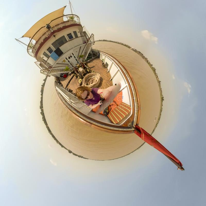 Mulher na plataforma do barco no delta de Mekong River foto de stock
