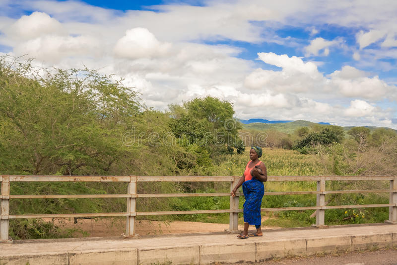 Mulher na ponte do rio de Sabi, Malawi imagens de stock royalty free