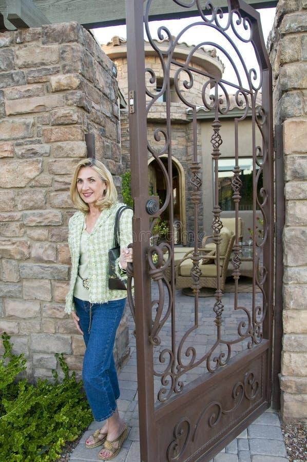 Mulher na porta imagens de stock