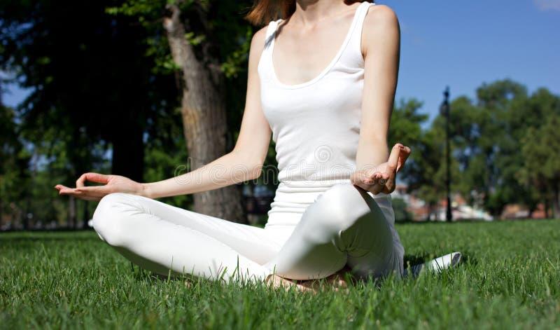 Mulher na pose da ioga fotografia de stock royalty free