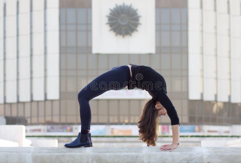 Mulher na pose da ioga na cidade imagem de stock royalty free