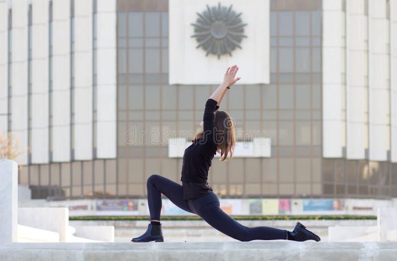 Mulher na pose da ioga na cidade foto de stock royalty free
