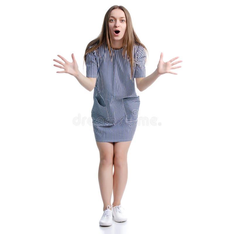 Mulher na posição azul do vestido que sorri olhando risos da felicidade foto de stock