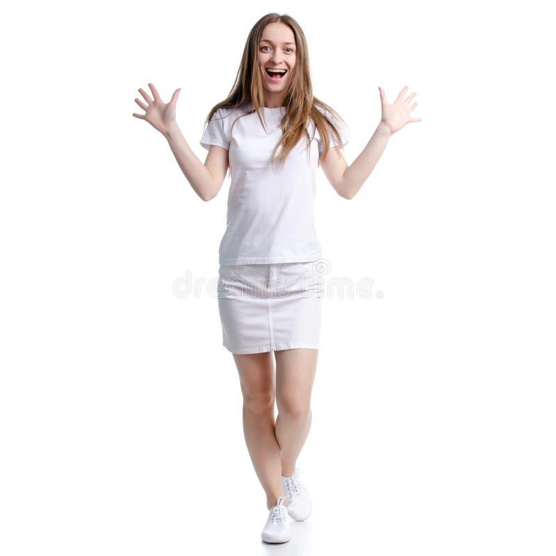 Mulher na posição branca do t-shirt e da saia que sorri olhando risos da felicidade fotografia de stock royalty free