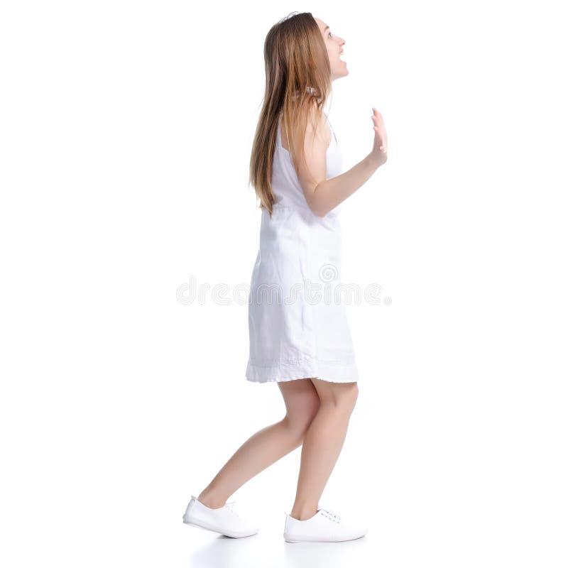 Mulher na posi??o branca do vestido que sorri olhando risos da felicidade foto de stock