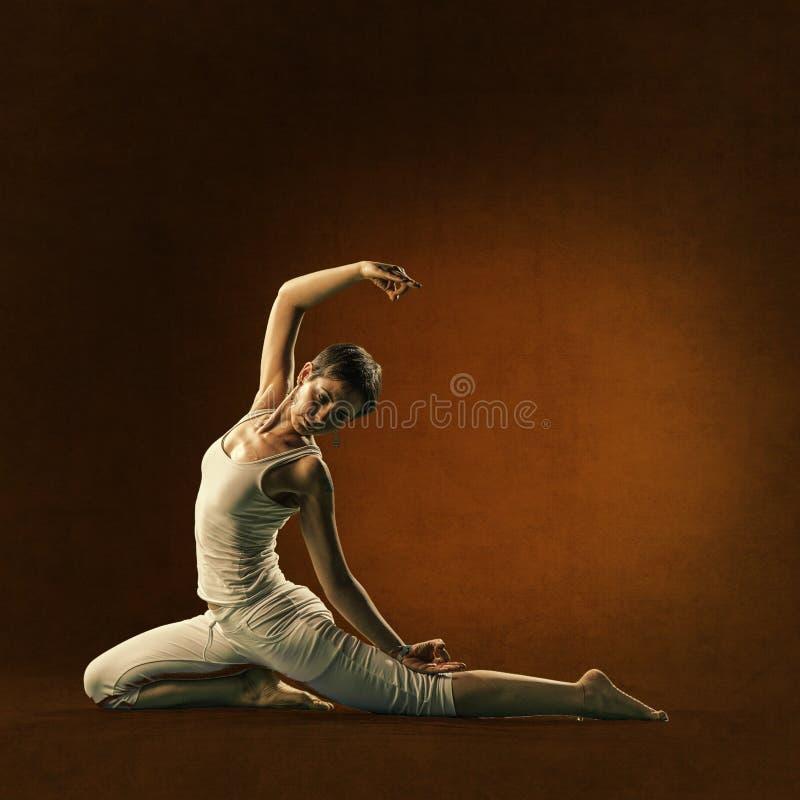 Mulher na posição da ioga Lakini imagem de stock