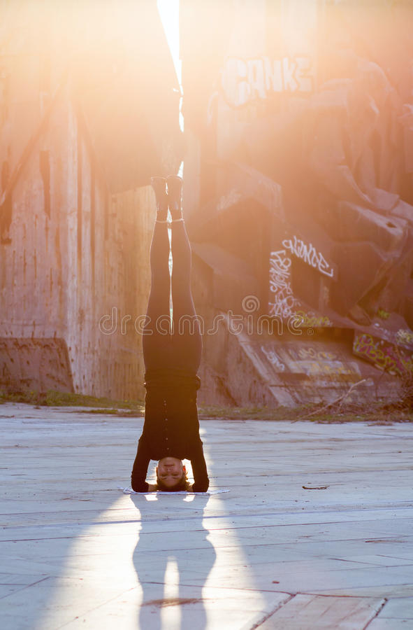 Mulher na posição da ioga na cidade fotografia de stock