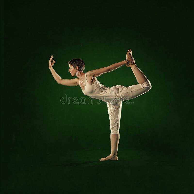 Mulher na posição da ioga Shiva Nataraja fotos de stock