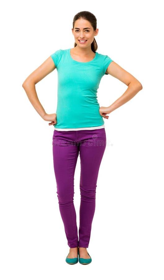 Mulher na posição ocasional com mãos nos quadris fotografia de stock royalty free