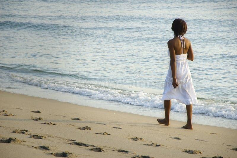 Mulher na praia. fotografia de stock