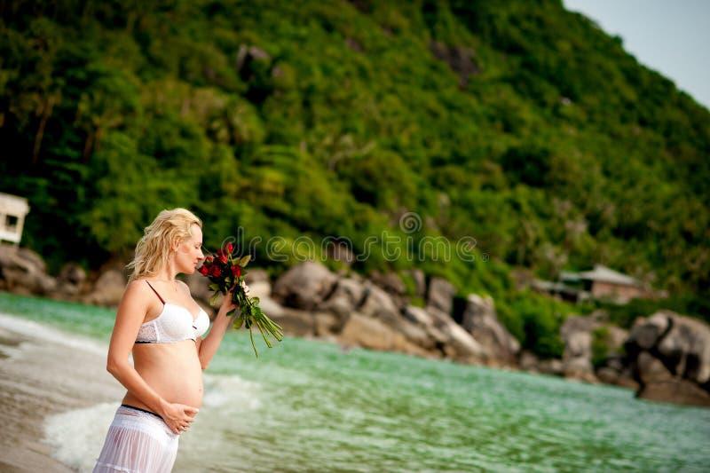 Mulher na praia imagens de stock royalty free