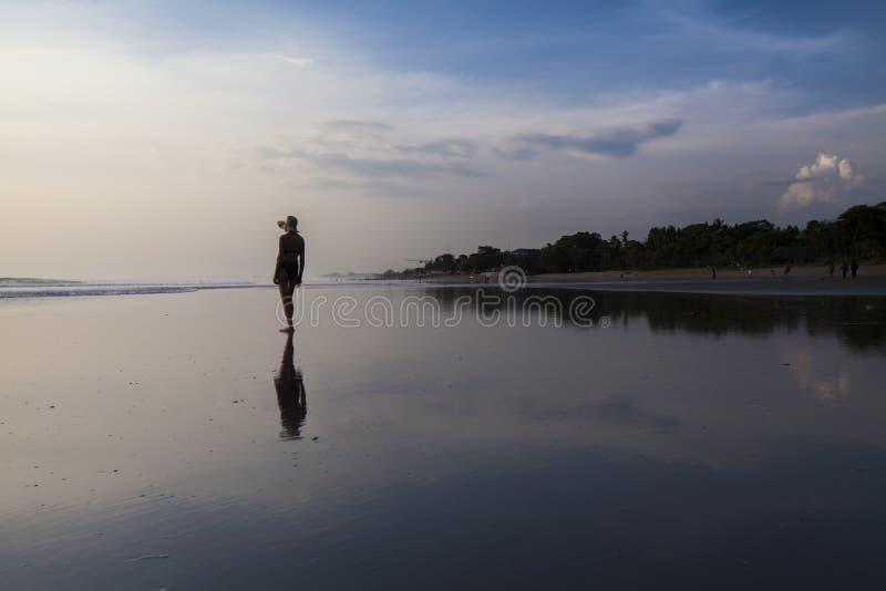Mulher na praia bonita imagem de stock royalty free