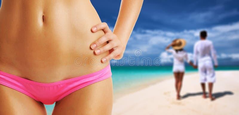 Mulher na praia em Maldivas, par no fundo fotos de stock royalty free