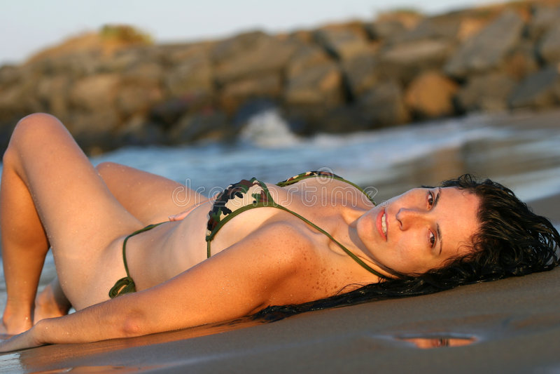 Mulher na praia no biquini fotografia de stock royalty free