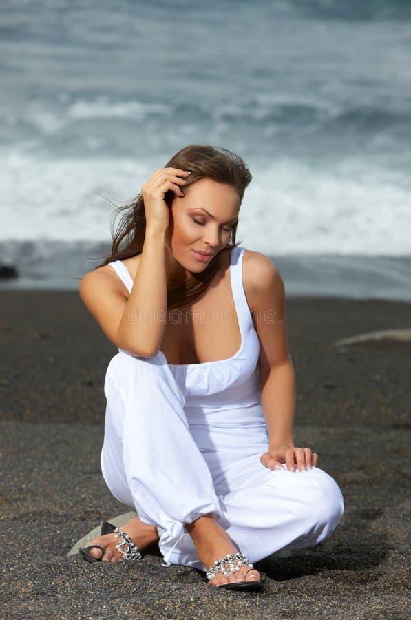 Mulher na praia preta fotos de stock
