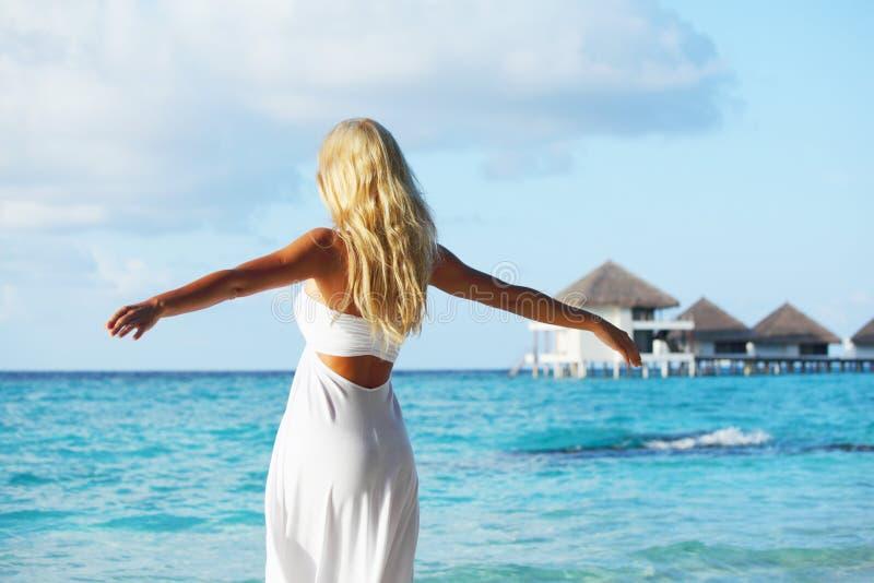 Mulher na praia tropical fotos de stock royalty free
