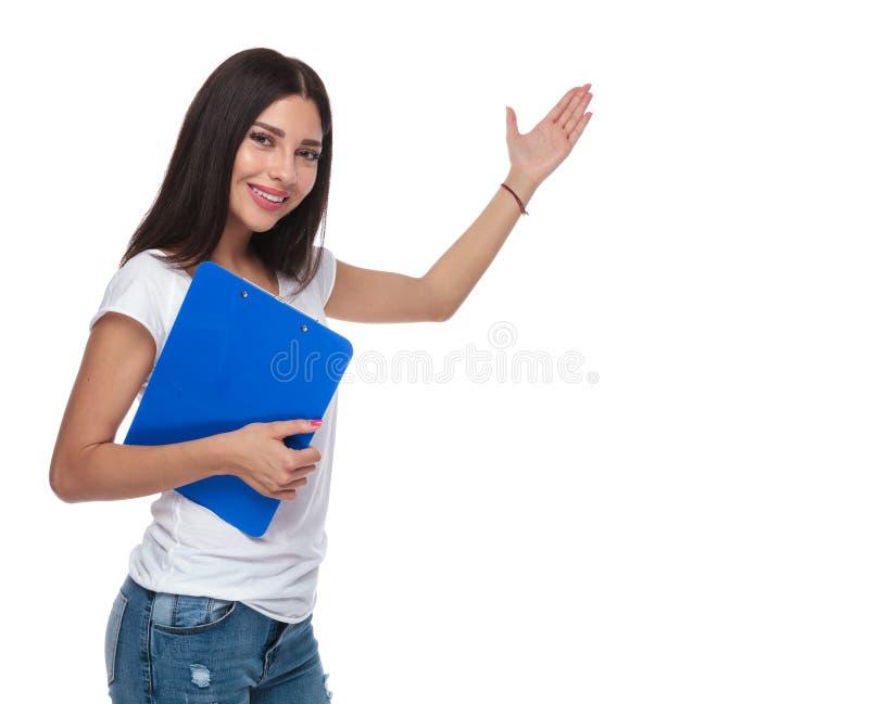 Mulher na prancheta branca da posse do t-shirt ao convidar foto de stock royalty free