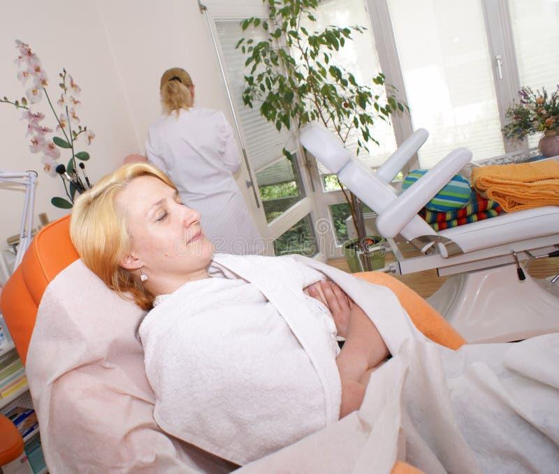 A mulher na recepção no beautician. imagens de stock royalty free