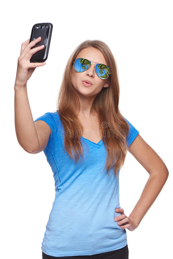 Mulher na reflexão tropical do recurso dos óculos de sol que faz o selfie com smartphone foto de stock royalty free