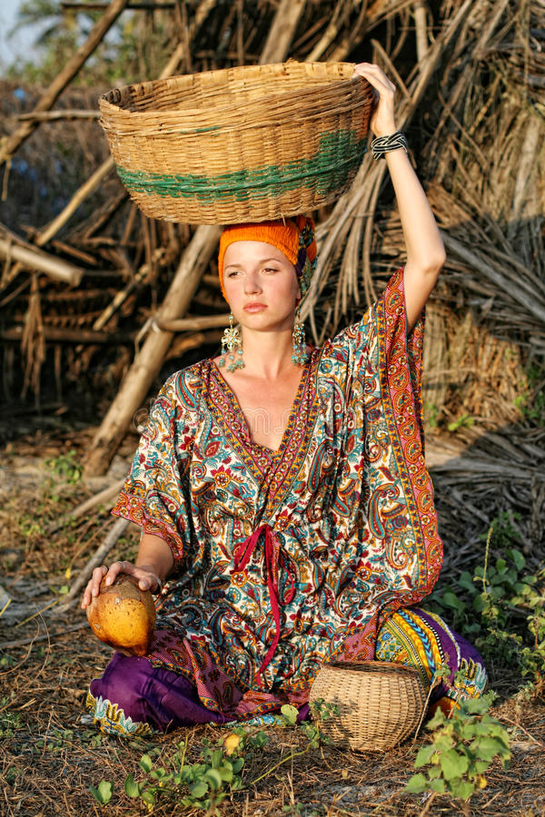 Mulher na roupa étnica fotografia de stock royalty free
