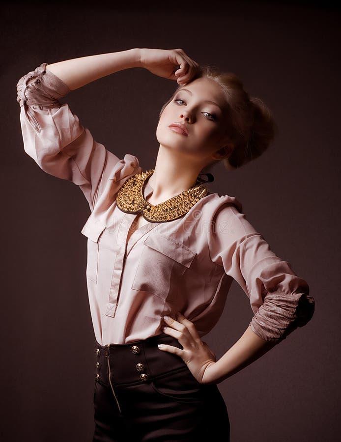 Mulher na roupa da forma foto de stock