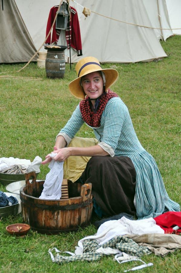Mulher na roupa de lavagem do vestido colonial imagens de stock